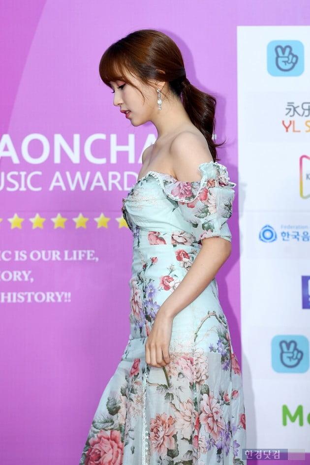 [PHOTOPIC] 트와이스 미나, '백만불짜리 쇄골 자랑하는 오프숄더 의상'(가온차트뮤직어워즈)