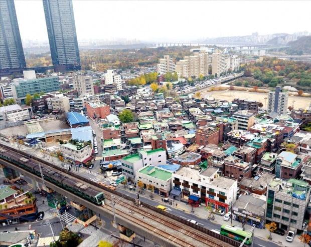 주상복합 갤러리아포레와 함께 노후 주택들이 어우러진 서울 성수동 뚝섬역 주변 전경. (자료 한경DB)