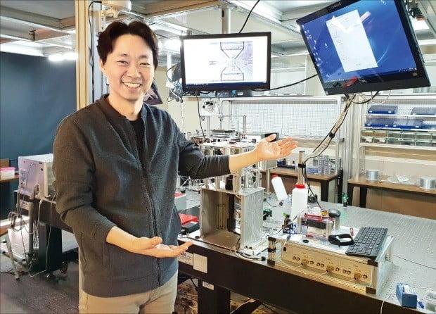 이상현 펨토바이오메드 대표가 경기 성남 판교테크노밸리 본사에서 세포치료제 제조공정 기술 등을 소개하고 있다.  박영태 기자