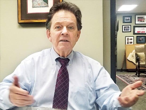 """세율과 세수의 상관관계를 설명한 '래퍼곡선'으로 유명한 아서 래퍼 전 미국 서던캘리포니아대(USC) 교수가 테네시주 내슈빌의 래퍼어소시에이츠 사무실에서 인터뷰하고 있다. 래퍼 교수는 """"임금을 높이고 일자리를 늘리며 세수를 확대하려면 경제를 성장시켜야 한다""""고 말했다.  /김현석 특파원"""