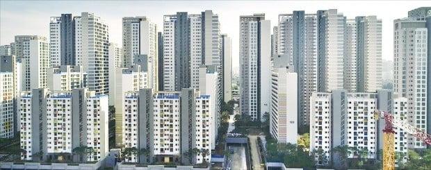 지난달 31일 입주를 시작한 서울 가락동 송파헬리오시티. 옛 가락시영아파트를 재건축한 이 단지는 9510가구 대단지여서 송파구는 물론 강동구 위례신도시 등의 전셋값에도 영향을 주고 있다.   /한경DB
