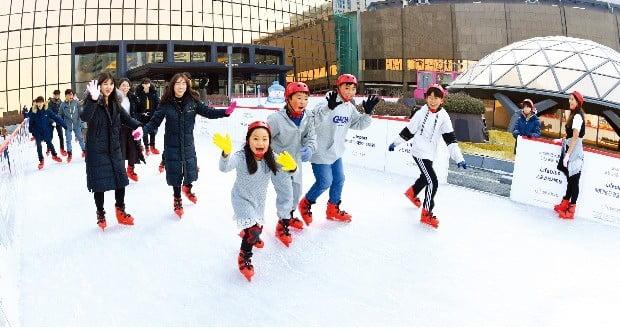 서울 여의도 63빌딩 야외주차장에 마련된 스케이트장 '라이프플러스 윈터원더랜드'에서 4일 시민들이 즐겁게 스케이트를 타고 있다. 이 스케이트장은 이달 13일까지 운영된다.  /허문찬  기자 sweat@hankyung.com