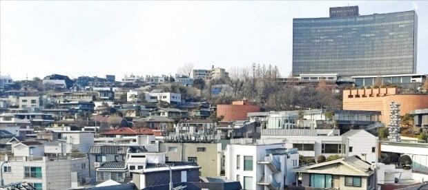 < 공시가격 41% 치솟는 한남동 주택가 >  올해 같은 지역 공시가가 평가 주체에 따라 들쭉날쭉해 공시가의 신뢰도가 추락했다는 지적이 나오고 있다. 공시지가가 14% 오르고, 단독주택 공시가격이 41% 뛸 예정인 서울 한남동 주택가.  /신경훈 기자 khshin@hankyung.com