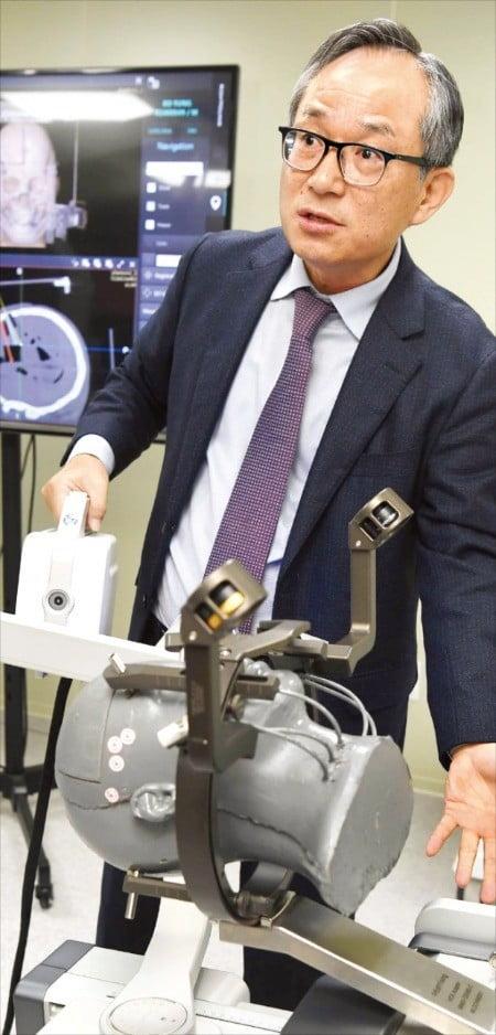 고광일 고영테크놀러지 대표가 뇌수술 보조로봇에 대해 설명하고 있다. /김범준 기자 bjk07@hankyung.com