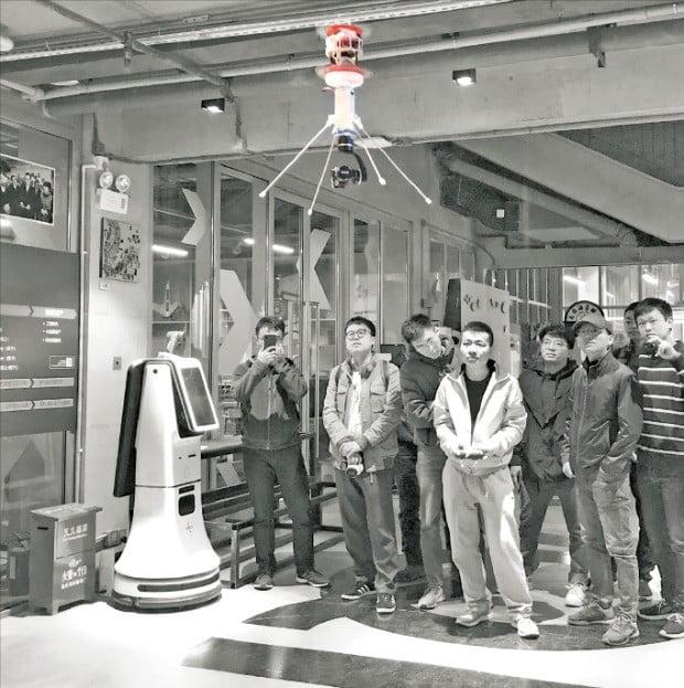 후자치 자창커지 대표(왼쪽 네 번째)가 지난 2일 선전 스타트업 관계자들이 모인 가운데 모노콥터 드론을 시연하고 있다.  /자창커지 제공