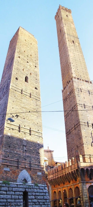 볼로냐의 상징인 아시넬리 탑(오른쪽)과 가리센다 탑.