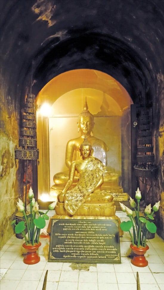 왓우몽. 치앙마이 승려들은 이 동굴 안에서 기도와 명상으로 수행한다.