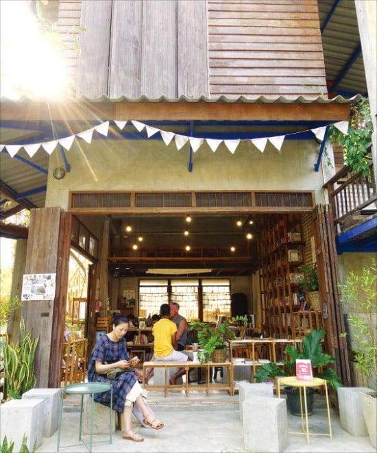 치앙마이의 예술인 마을 반캉왓. 작가의 작업실과 카페, 식당 등이 모여 있다.