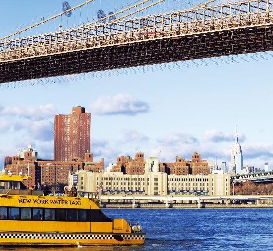 뉴욕 이스트강 브루클린 브리지 아래를 지나는 수상택시. 맨해튼과 브루클린을 연결하는 브루클린 브리지는 매력적인 외관 덕에 영화, 드라마 등에 자주 등장한다.