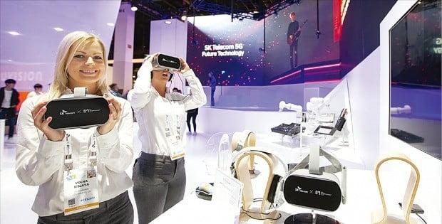 SK텔레콤은 8일(현지시간) 미국 라스베이거스에서 개막한 'CES 2019'에서 5세대(5G) 이동통신 시대의 미디어·모빌리티 기술을 선보였다. SK텔레콤이 SM엔터테인먼트와 함께 마련한 공동 전시 부스에서 모델들이 '소셜 VR'을 체험하고 있다.  /SK텔레콤 제공