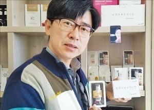 엄년식 유바이오메드 대표가 대구 본사에서 주력제품인 태피톡톡을 설명하고 있다.  /오경묵 기자