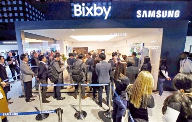 세계 최대 전자쇼 'CES 2019'가 개막한 8일(현지시간) 미국 라스베이거스 컨벤션센터를 찾은 관람객들이 삼성전자의 '뉴 빅스비'를 체험하기 위해 줄을 서고 있다.  /연합뉴스