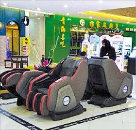 중국 선전의 한 쇼핑센터에 설치된 안마의자.