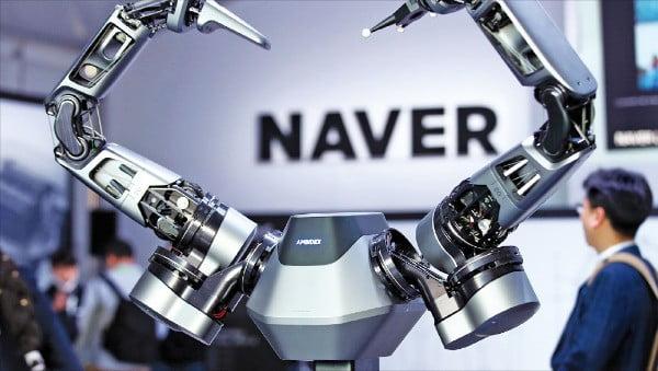 올해 CES에 첫 참가한 네이버는 세계 최초로 5세대(5G) 이동통신을 활용해 로봇을 제어하는 '앰비덱스' 기술 등을 선보였다.  /네이버 제공