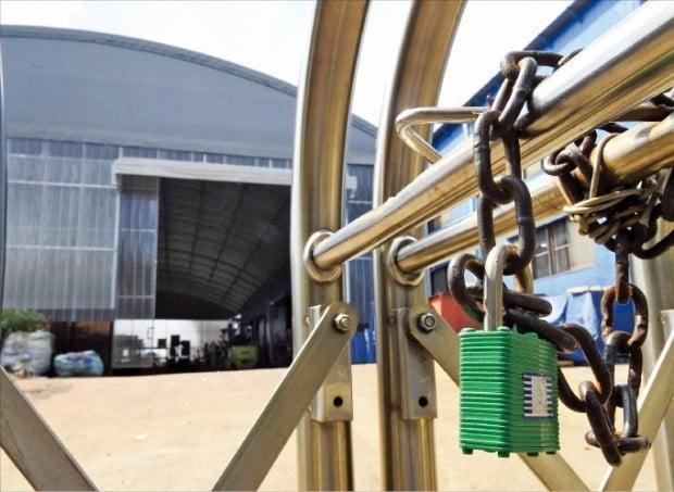 생산이 줄고 설비투자가 급감하면서 제조업 평균 가동률이 외환위기 이후 최저 수준으로 떨어졌다. 인천 남동공단의 한 공장이 일감 부족으로 문을 닫은 모습. /한경DB