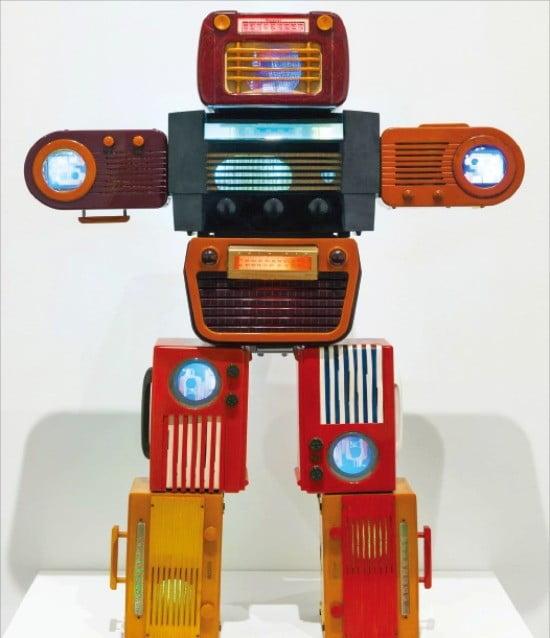 오는 10월17일 영국 테이트모던에서 개막하는 백남준 회고전에 출품될 2002년 작 '베이클라이트 로봇(Bakelite Robot)'.
