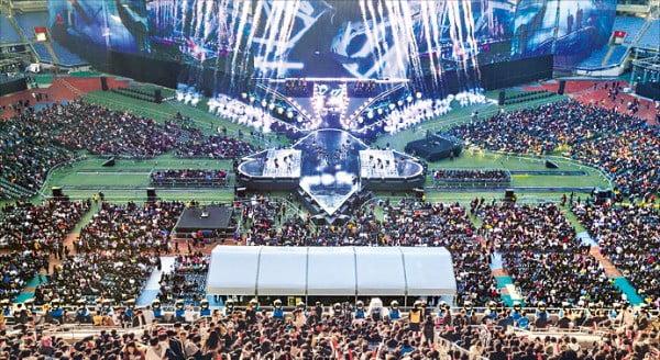 지난해 11월 인천 문학 주경기장에서 열린 '2018 리그 오브 레전드(LoL) 월드 챔피언십(롤드컵)' 결승전은 세계 각국에서 9960만 명이 시청했다.  /라이엇게임즈 제공