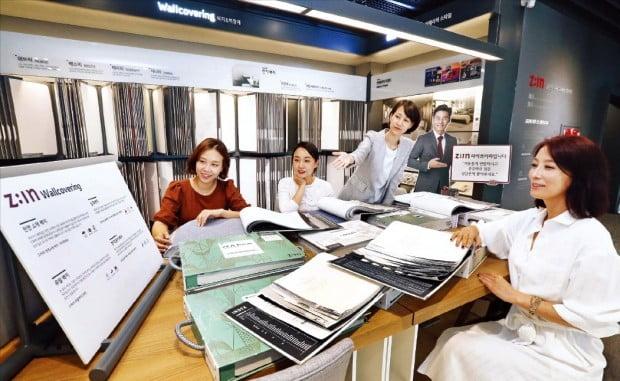 LG하우시스의 서울 논현동 지인스퀘어 2층 벽지 전시 공간에서  손님들이 다양한 제품을 살펴보고 있다. LG하우시스 제공