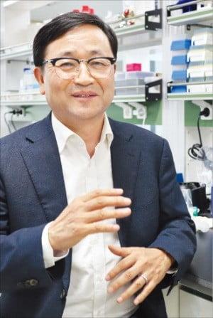 신용철 아미코젠 대표가 경기 판교에 있는 연구실에서 창업 과정을 설명하고 있다.