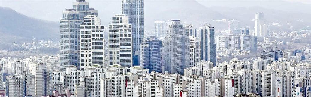 정부의 세법 시행령 개정안으로 절세 방법이 막힌 다주택자들이 세금을 피하기 위해 매물을 내놓을 것이란 전망이 나온다. 아파트 단지가 밀집한 서울 강남구 도곡동 일대.  /한경DB