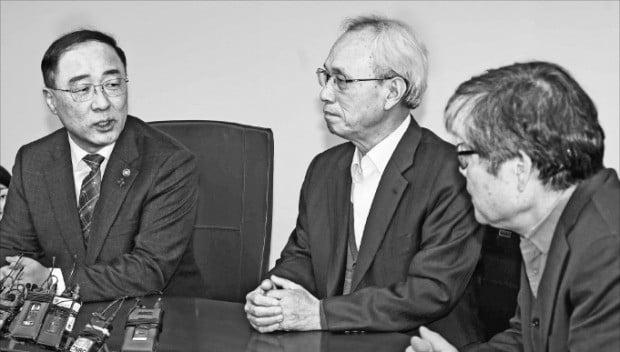 홍남기 부총리 겸 기획재정부 장관(왼쪽)이 14일 경제사회노동위원회를 방문해 문성현 위원장(가운데)과 노동 현안에 관해 논의하고 있다.  /김범준 기자 bjk07@hankyung.com
