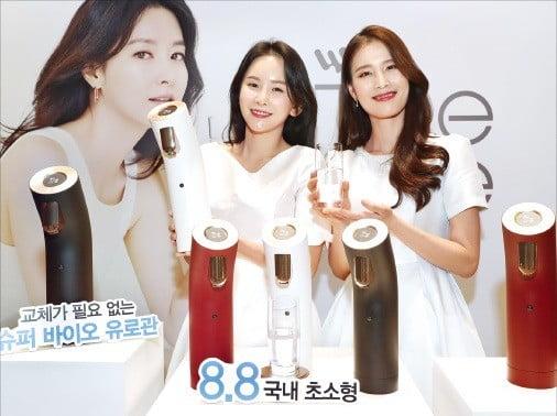 교원웰스는 14일 서울 광화문 포시즌스호텔에서 정수기 신제품 '웰스더원'을 발표했다. 모델이 제품을 소개하고 있다. /김범준 기자 bjk07@hankyung.com