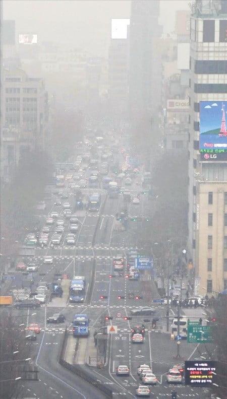 14일 서울 종로 일대가 미세먼지에 휩싸여 뿌옇게 보이고 있다. 이날 서울의 초미세먼지 농도는 측정을 시작한 이후 가장 높았다.  /김범준  기자  bjk07@hankyung.com