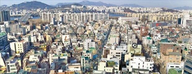 < 공시가격 치솟는 신사동 일대 > 올해 서울 강남구의 표준 단독주택 공시가격 평균 상승률은 42.8%로 서울 25개 자치구 중 가장 높을 전망이다. 강남구 내 평균 상승률(59.73%) 2위인 신사동 일대.   /한경DB