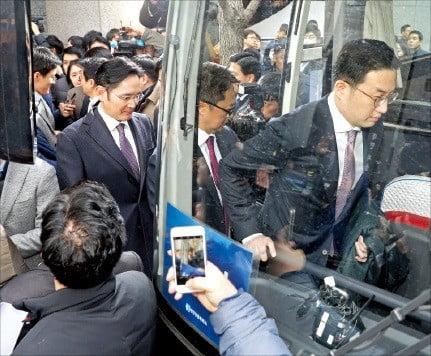 구광모 LG 회장(오른쪽 첫 번째)과 이재용 삼성전자 부회장(세 번째)이 15일 청와대에서 열린 '2019 기업인과의 대화'에 참석하기 위해 서울 남대문로 대한상공회의소 앞에서 버스에 오르고 있다.  /허문찬 기자 sweat@hankyung.com