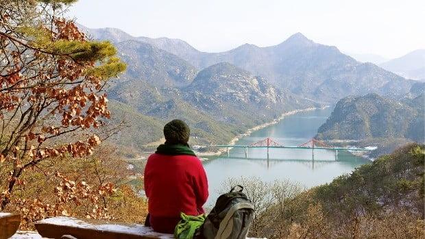 괴곡성벽길에서 잠시 걸음을 멈춘 관광객이 청풍호를 바라보고 있다.