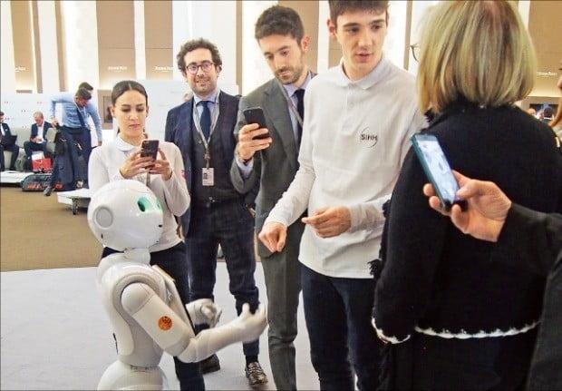 SIHH에 처음 등장한 인공지능 로봇 '페퍼'가 관람객들과 소통하고 있다.  /민지혜 기자