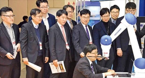 한국경제신문 취재팀이 지난 18일 일본 최대 전시장인 도쿄빅사이트에서 열린 첨단기술 박람회에서 로봇업체 야스카와의 산업용 로봇에 관한 설명을 듣고 있다. /도쿄=김영우  기자  youngwoo@hankyung.com