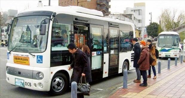 일본 군마현 마에바시에서 일본 최초로 시범 운행 중인 자율주행 버스에 시민들이 승차하고 있다.  /마에바시=김영우  기자 youngwoo@hankyung.com