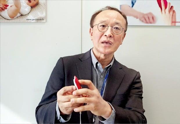 안성훈 디트론 대표가 배뇨감지기 '파루스'의 기능을 설명하고 있다.  /김기만 기자