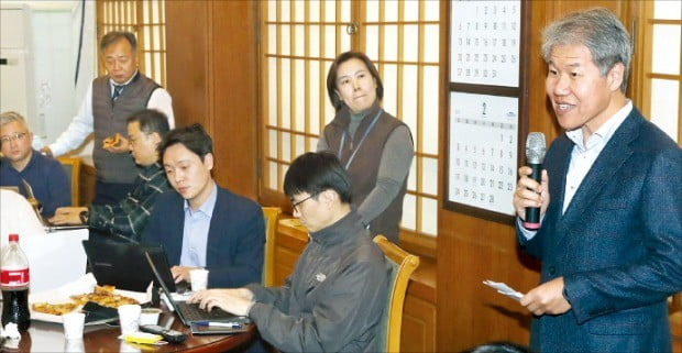 김수현 청와대 정책실장(오른쪽)이 20일 청와대 춘추관에서 기자간담회를 열어 문재인 대통령 신년 기자회견 후속 조치 및 경제활력 행보와 관련해 얘기하고 있다.  /허문찬  기자  sweat@hankyung.com