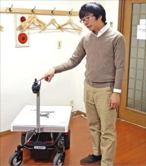 30㎝ 간격 사람 따라다니는 '로봇 카트'…도서관·공장·물류창고에 300여대 판매