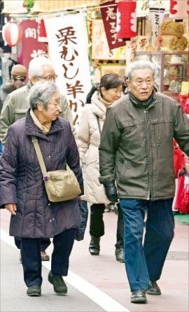 일본 도쿄 도시마구의 스가모 거리는 대표적 '노인 거리'다. 노인용품 상점이 밀집한 지역으로 표지판 글씨를 키우고, 차도와 인도 사이의 턱을 없애 노인친화적 환경을 조성했다.  /도쿄=김영우  기자  youngwoo@hankyung.com