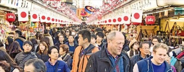일본 '성년의 날'인 지난 14일 도쿄의 대표적 관광지 아사쿠사 거리가 내외국인 관광객으로 붐비고 있다. 아베 신조 정부의 적극적인 관광진흥정책에 힘입어 지난해 일본을 찾은 외국인 관광객은 3119만 명으로 한국(1534만 명)의 두 배를 넘었다.  /도쿄=김영우  기자 youngwoo@hankyung.com
