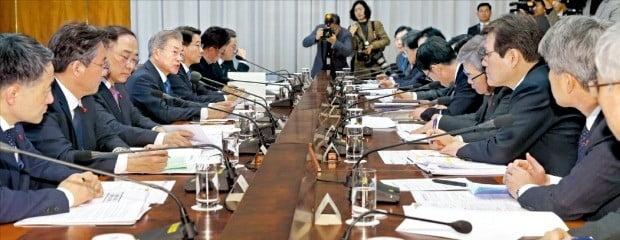 문재인 대통령이 23일 청와대에서 열린 '공정경제 추진전략 회의'에서 발언하고 있다. 문 대통령이 주재한 공정경제 전략회의는 지난해 11월 이후 약 2개월 만에 열렸다.   /허문찬  기자  sweat@hankyung.com