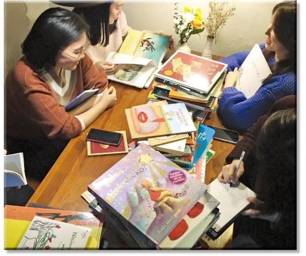 '남의집 프로젝트'를 통해  만난 사람들이 함께 동화책을 읽고 있다. /남의집 프로젝트 제공