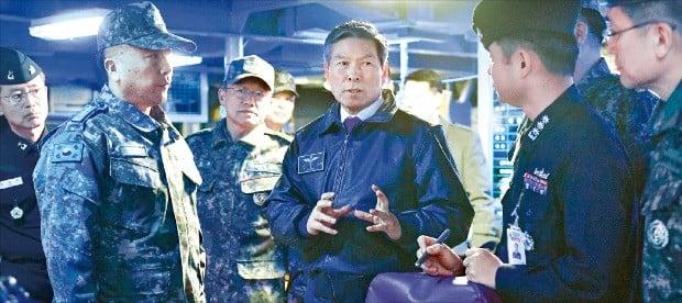 정경두 국방부 장관(가운데)이 지난 26일 출항 준비 중인 세종대왕함 전투통제실에서 일본 초계기 위협 비행에 강력하고 신속하게 대응할 것을 지시하고 있다.  /국방부  제공