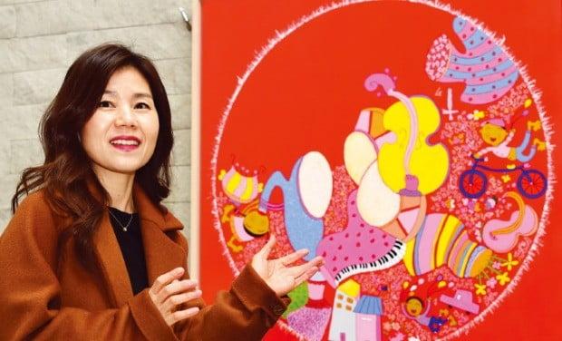 서양화가 이담 씨가 28일 서울 중림동 한경갤러리의 개인전에 출품한 작품 '우리들의 축제'를 설명하고 있다.   /허문찬 기자 sweat@hankyung.com