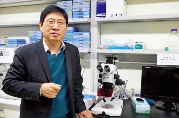 박주철 하이센스바이오 대표가 서울대 치대 창업보육센터에 있는 자사 재생치의학연구소에서 충치 및 시린이 치료제 기술을 설명하고 있다.  하이센스바이오  제공