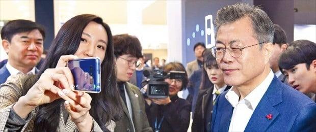 < 한쪽 눈 질끈 감고… > 문재인 대통령이 29일 서울 동대문디자인플라자(DDP)에서 열린 '한국 전자·IT산업 융합 전시회'의 삼성 C랩(사내 벤처 육성 프로그램) 부스를 방문해 모픽이 개발한 3D(3차원) 스마트폰 화면 케이스를 살펴보며 한쪽 눈을 감아보고 있다. 이 케이스를 이용하면 3D 안경 없이 입체화면을 볼 수 있다. /허문찬 기자 sweat@hankyung.com