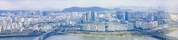 서울 용산과 여의도 일대 마스터플랜에 대한 서울시의 연구용역이 늦어지면서 용산·여의도 일대 개발 지연이 불가피할 전망이다. 사진은 용산구 이촌동 일대.  /한경DB