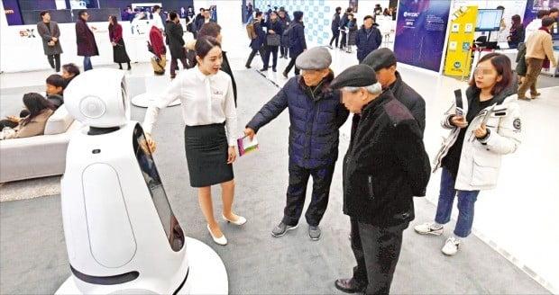 한국 전자·IT산업 융합 전시회 이틀째인 30일 관람객들이 LG전자 부스에 전시된 로봇을 살펴보고 있다.  /신경훈 기자khshin@hankyung.com