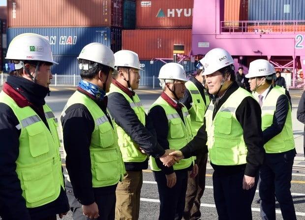 이낙연 총리(오른쪽 두번째)가 8일 인천신항 선광신컨테이너터미널 현장을 방문해 인천항에 근무하는 수출산업 종사자들과 악수하고 있다. 인천시 제공