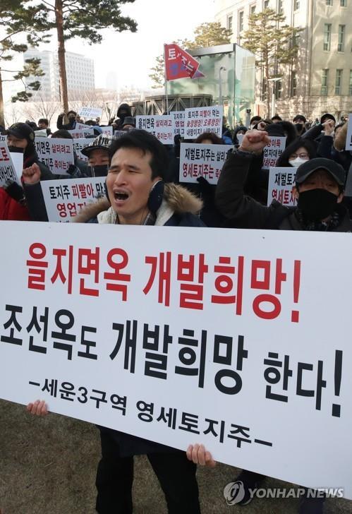 '을지로 재개발 재검토' 발표에…찬반 나뉜 서울시청 광장