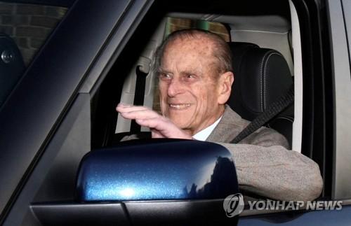 영국 여왕 남편 98세 필립공 차 몰다 교통사고…부상 없어