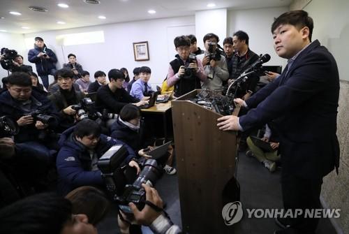 """신재민 """"靑, 국채보도자료 취소 요구"""" vs 정부 """"비밀유출 고발"""""""